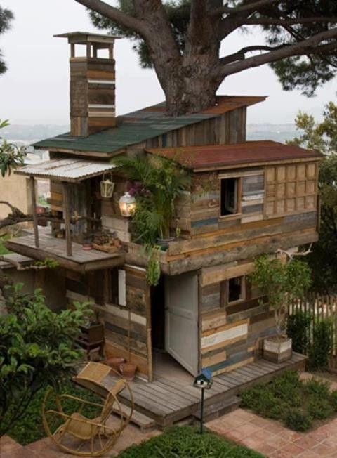 la cabane dans les arbres pour les enfants, dans le jardin près de la plage.