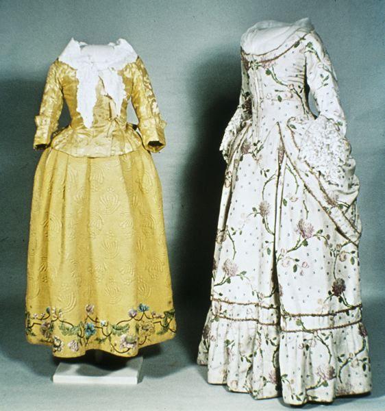 MM 004138 :: klänning, 1780's Klänning av crémefärgat siden med broscherat mönster i flera färger.