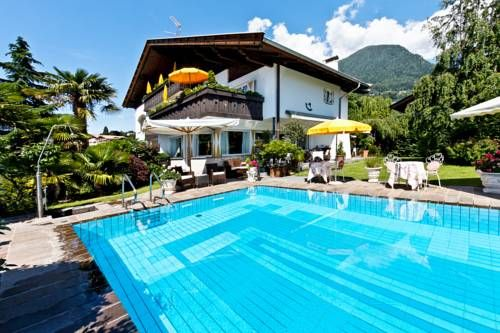 Hotel Landhaus Innerhofer Schenna Hotel Landhaus Innerhofer is situated in Schenna, 2.6 km from Taser Seilbahn and 5 km from Verdinser Seilbahn. The hotel has a seasonal outdoor pool and terrace, and guests can enjoy a meal at the restaurant or a drink at the bar.