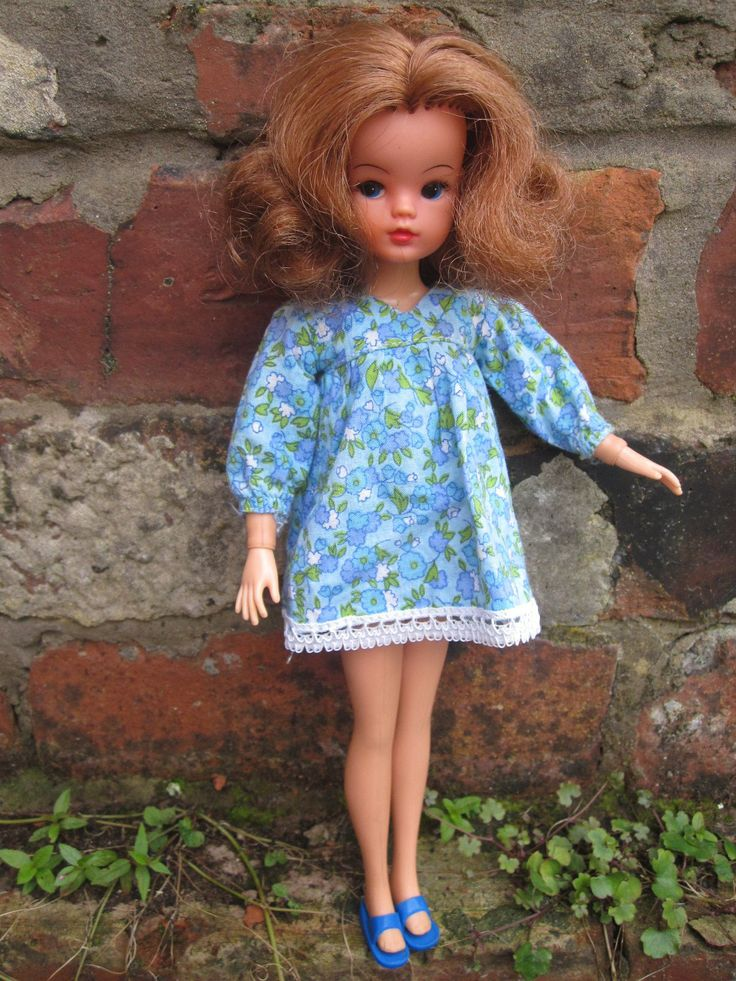 Mid '70s Sindy doll in 1975 'Summer Smock'.    I love the auburn Sindys :)