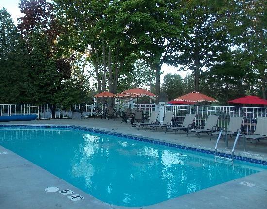 Waterbury Inn: Outdoor Pool area