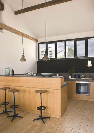 Une cuisine ouverte avec bar habillée de bois clair. Plus de photos sur Côté Maison http://petitlien.fr/7uw4