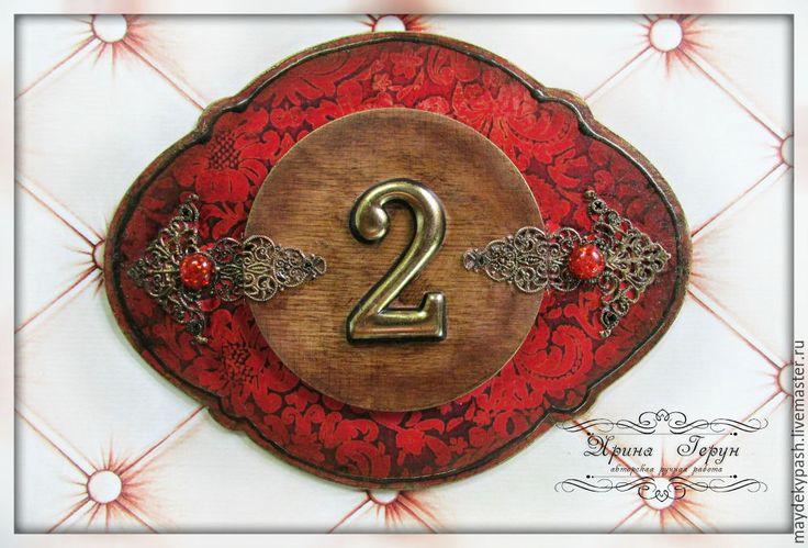 Табличка - номер на квартиру. - ярко-красный, табличка на дверь, табличка на дом, табличка деревянная