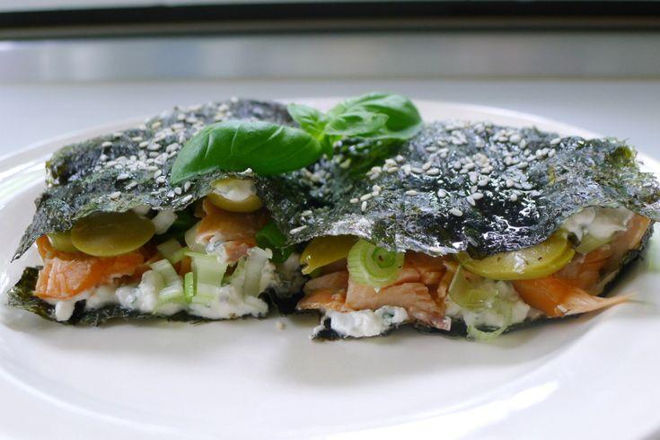 Nori vellen worden veelvuldig gebruikt om sushi mee te maken. Persoonlijk heb ik niks met rauwe vis, maar nori vind ik erg lekker, dus waarom niet als sandwi