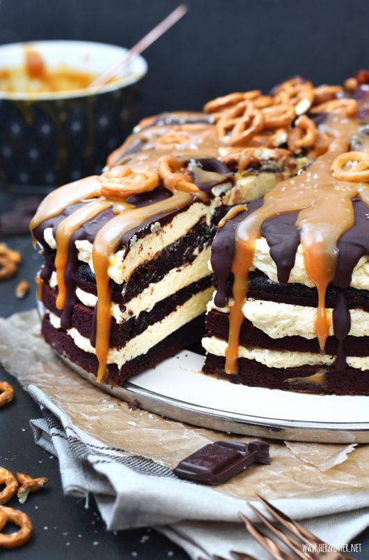 Zuckersüßer Salted Caramel Cake mit gesalzenem Karamell, Buttercreme, Bacon und Salzbrezeln. Eine Torte, um das Leben zu feiern!