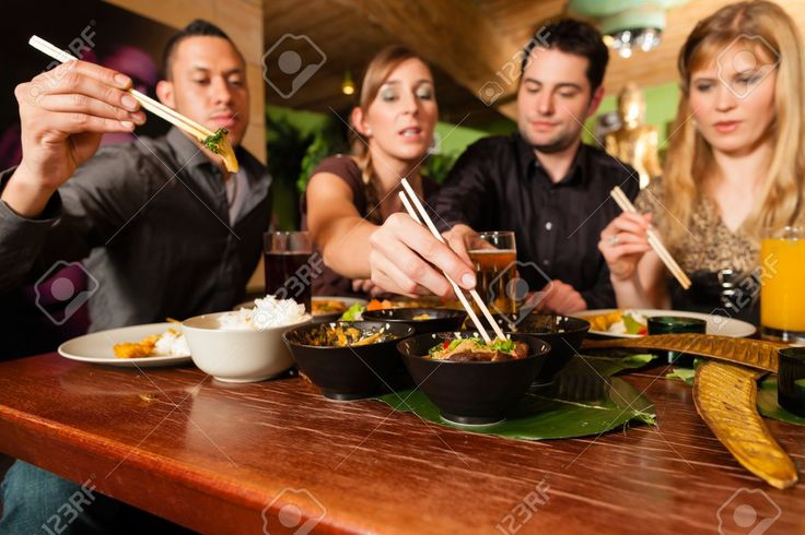 18687132-Young-people-eating-in-a-Thai-restaurant-they-eating-with-chopsticks-Stock-Photo.jpg (1300×866)