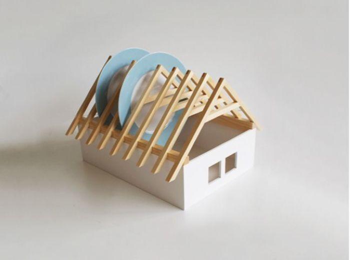 给小木盒开两扇明亮的窗户,架上房椽和横梁,只差没上瓦封顶:房屋式餐具沥水架(House Dish Rack)让枯燥的洗碗变得饶有趣味,立显生活小情调。来自于斯洛伐克设计师Veronika Paluchova,她擅长于从天然材料中获得灵感,利用木材来制作令人感到轻快、又不失功能性的作品。