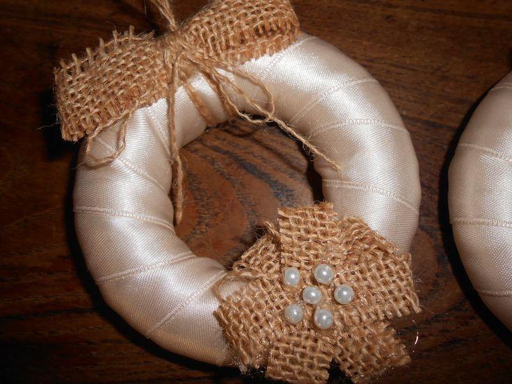 Decorazioni natalizia  coroncina  in raso, tela juta e perle., by Le gioie di  Pippilella, 5,00 € su misshobby.com