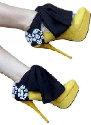 It never ceases to amaze me how many different and unique shoes there are in this world, and these fit the bill, with both the colour and the bow and the bling.: Yellow Pumps, Heels Condom, Fun Shoes, Dresses Up, Black And White, Yellow Heels, High Heels, Shoes Art, Black Pearls