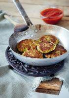 Mazi ta fagame: Μπιφτέκια από κολοκύθια με φέτα και σάλτσα πιπεριάς