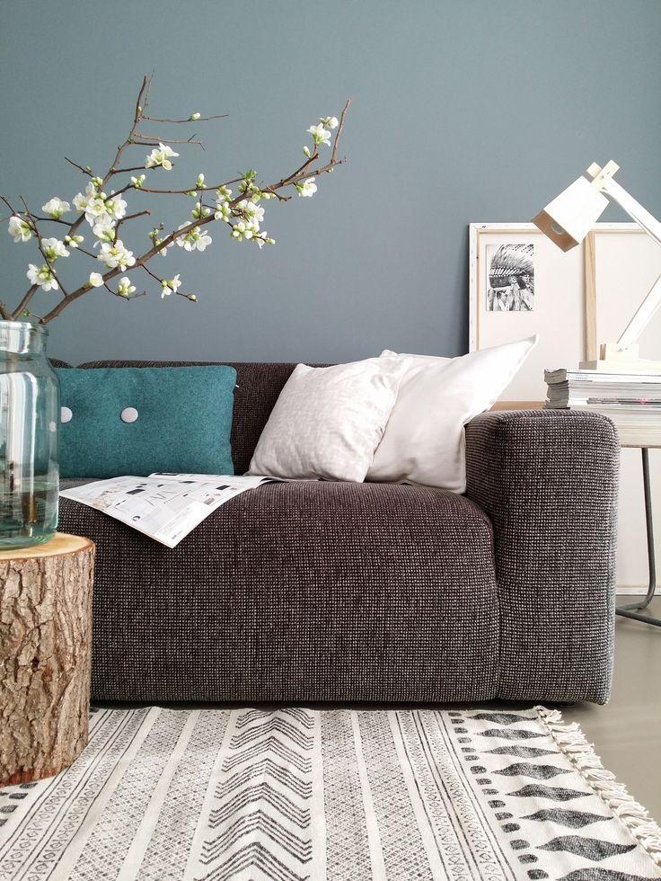 Het blanke hout van de Muuto Wood lamp tegen de blauwgrijze muur geeft een mooi contrast. Fijne leesplek van woonblogger @lisannevdklift! #muuto #scandinavian