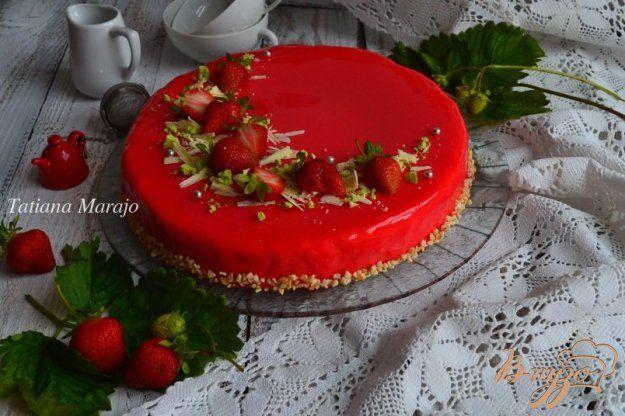 Сливочно-клубничный торт с зеркальной глазурью