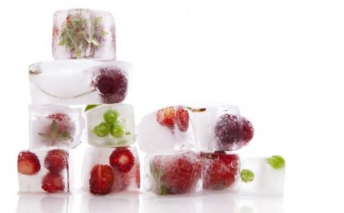 3. Acqua con cubetti di ghiaccio alla frutta ghiaccioli di frutta  È un'idea favolosa! Una volta provata, non vi peserà più bere acqua. Avere dei cubetti di ghiaccio alla frutta è una risorsa facile da utilizzare in qualsiasi momento ed è ideale anche per far abituare i più piccoli a bere acqua.  Ingredienti Scegliete della frutta a piacere: fragole, arance, pere o mele a pezzetti. È sempre meglio scegliere della frutta dal sapore acidulo poiché questo risulterà più gradevole una volta…