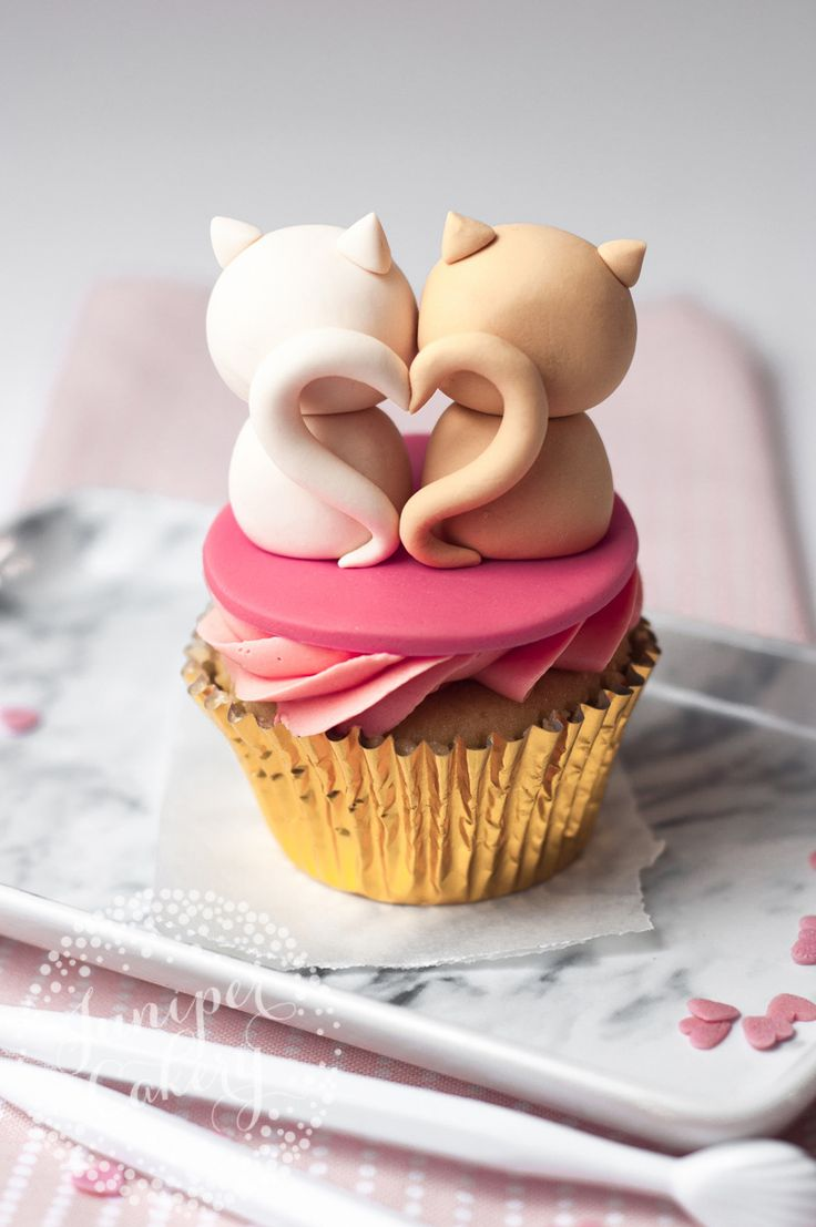 Decorate cute cat cupcakes for Valentines with this easy tutorial from Juniper Cakery