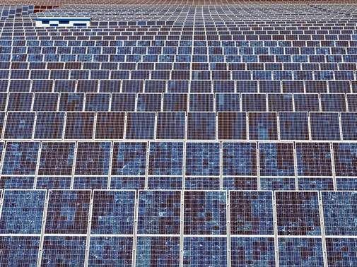 Scheinbar bis zum Horizont reicht eine Solaranlage bei Bitterfeld-Wolfen. Sachsen-Anhalts Umweltministerin Claudia Dalbert sieht Nachholbedarf bei der Nutzung der Sonnenenergie im Land. Foto: Jan Woitas/dpa-Zentralbild/dpa