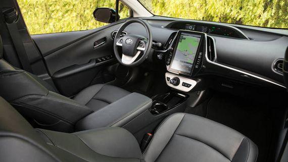 Интерьер гибридного хэтчбека Toyota Prius Prime 2017 / Тойота Приус Прайм 2017