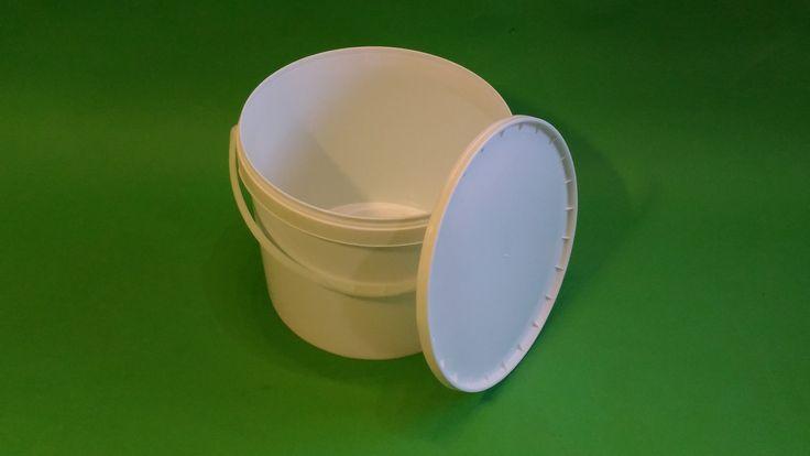Plastové vedro 10 litrov na nakladanú zeleninu, kyslú kapustu, ovocie, zemiaky, sladkosti. Možnosti využitia vedra sú rôzne, vhodné aj na zavárané uhorky, baranie rohy, chili papriky, feferóny, červenú kapustu. Taktiež na nápoje, sirupy. Potrebné dokúpiť viečko kód 900026
