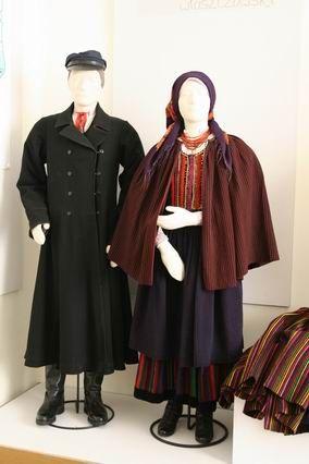 Dress of Kielce-Wloszczowa  W odświętnym ubiorze kobiecym w noszonych tu zapaskach dominują prążki czarne i bordowe, ciemnoczerwone i śliwkowe. Na początku XX w. w obu regionalnych odmianach stroju kobiecego pojawiła się moda krakowska, która wprowadziła do zapasek kolor zielony, niebieski, fiołkowy i żółty. Przed 1939 rozpowszechniła się moda łowicka – z tęczowym układem kolorów.