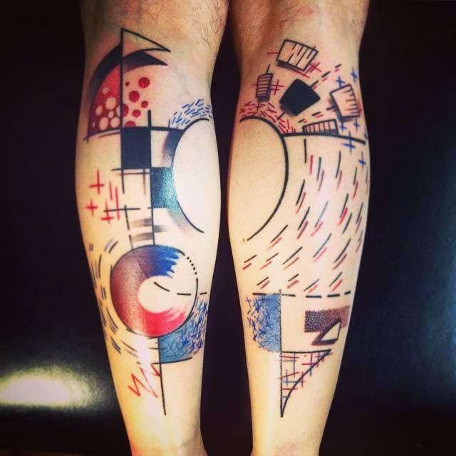 Tatuaje de estilo abstracto en los gemelos.