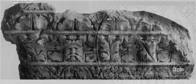Arachne - Individual object 76389: Eckblock des Konsolengesimses vom Iphigenienpfeiler - Trier, Rheinisches Landesmuseum Trier