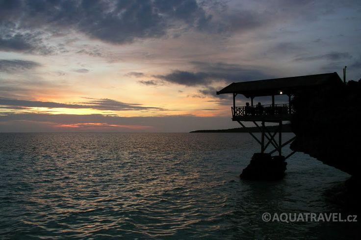 Západ na pláži v Biře, nejjižnější výběžek ostrova Sulawesi