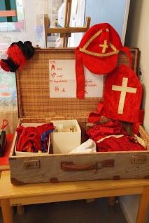 """Sint en Maatje Piet; Sinterklaas Verkleed/ Kledingkoffer. Weet jij alle kleding van """"Sint Nicolaas"""" te benoemen? Wat is een 'tabberd'? En waarom heeft Sint Nicolaas een 'werkmijter' nodig?"""