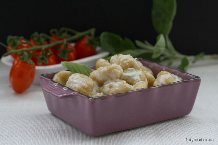 Gli gnocchi senza glutine stracchino e salvia, un primo piatto gustoso, di facile e veloce realizzazione, perfetti per gli intolleranti al glutine