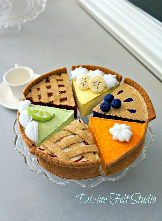 Tarte de feutre fait à la main tea party collection 6 pc ensemble pour la décoration ou pour joue de nourriture pour vos petits! Ils sont des ajouts merveilleux à votre jeu alimentaire colletion. Je suis certain que ces petit feutre bonbons vous apportera des heures de plaisir!  Cette liste comprend 6 tranches de feutres tartes.  (1) cherry pie (2) potiron (3) key Lime Pie (4) tarte aux pommes (5) tarte aux bleuets (6) banana Cream Pie  Dimensions: Environ 4 de long x 4 de large x 2…