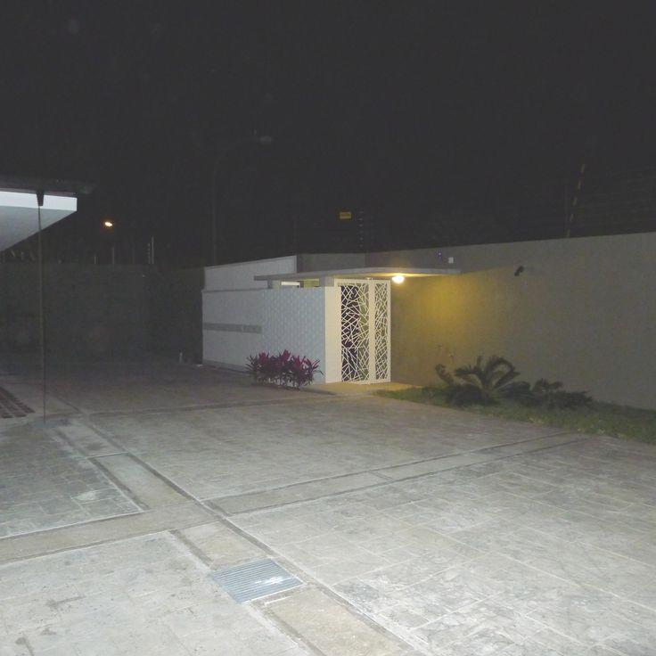 Villa Serrana  Ubicación: Caracas - Venezuela Superficie parcela: 2.500 m² Área total Construida: 550 m² Año: 2013