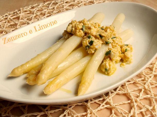 Un contorno davvero ottimo. Questi favolosi asparagi bianchi sono serviti con una golosa salsa a base di uova che li rende particolarissimi.
