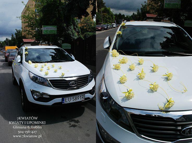 dekoracje samochodu na ślub z goździków