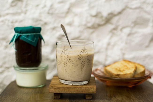 Nessa versão, a clássica bebida indiana é preparada com iogurte congelado e geleia caseira. Um ótimo atalho para o café da manhã num dia bem quente de verão!