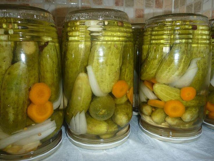 Na dno každé sklenice dáme cukr, sůl, koření, ocet a pak rovnáme okurky, které prokládáme zeleninou, koprem a listem. Až máme sklenici plnou,...
