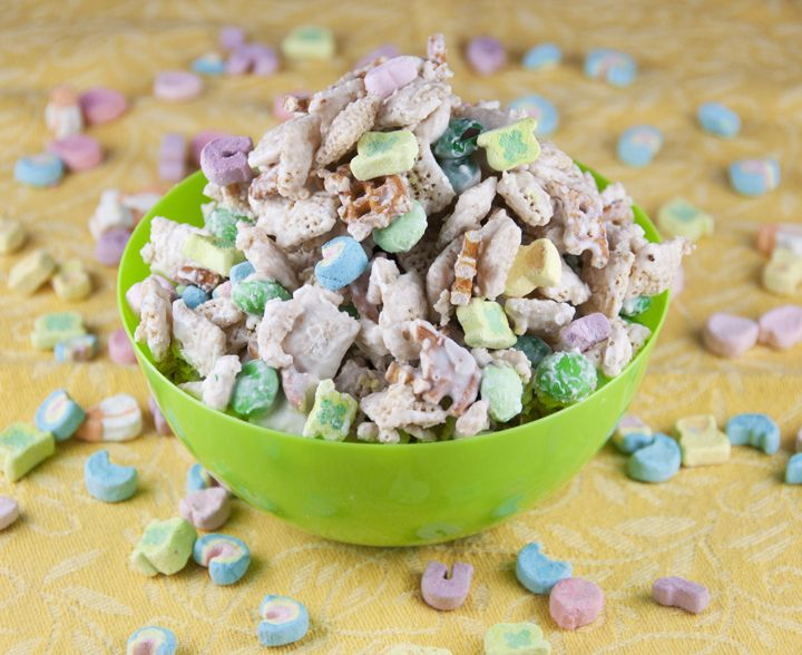 This is an easy St. Patrick's day leprechaun bait chex party mix recipe! This is a great treat for teacher gifts, party favors, snack, or dessert!