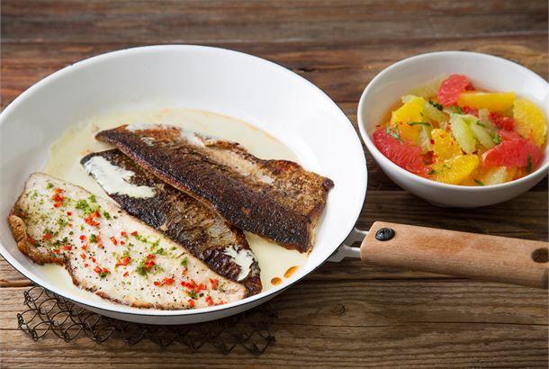"""Yrttisiika & sitrussalaatti Keväinen yrttisiika on """"pikaruokaa"""" parhaimmillaan. Paistettu, rapeanahkainen kala tarjoillaan pehmeän hapokkaan sitrussalaatin kanssa. http://www.valio.fi/reseptit/yrttisiika-sitrussalaatti/ #resepti #ruoka"""