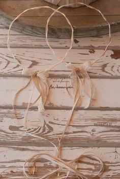 Ασημένια βέργα τετράγωνη με επεξεργασία διαμαντοβολής και πλεγμένη με μεταξωτό σχοινί σε ιβουάρ χρωματισμό.Ένα όμορφο και απλό στέφανο! Τα στέφανα συνοδεύονται από πολυτελές κουτί και δύο καρφίτσες, γαμπρού και κουμπάρου. Στην τιμή συμπεριλαμβάνεται ΦΠΑ 24%. Δωρεάν αποστολή σε όλη την Ελλάδα.