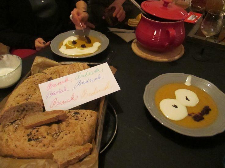 .......nechaly jsme se inspirovat srbským svátkem Badnji...jen jsme trochu upravily datum a pravidla...Badnji chleba s barevnými kuličkami uvnitř a polívka  Pravý srbský obřadní chléb ČESNICE-odkaz: http://www.fler.cz/blog/obradni-chleb-a-pecivo-lidova-kultura-20372