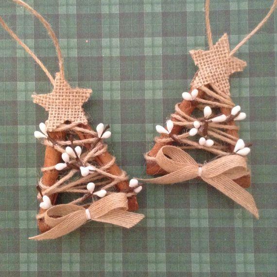 Se vi piace lodore di cannella che ti sta dicendo, suo tempo quasi Natale consente di fare una certa progettazione... Alberi di Natale fatti di bastoncini di cannella. (set di 2) fatto a mano e design in tela da imballaggio e bacche bianche.  Rustici Decorazioni albero di Natale... meravigliosa per rustico - arredamento country pure.  Questi ornamenti ha 2 1/2 e 4 a lungo.  Essi saranno così bello in qualsiasi decorazione di Natale... così unico, fatto a mano e così carino per un bel regalo…