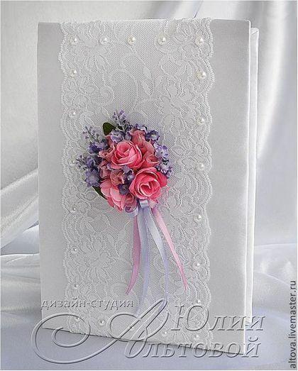 Купить или заказать Свадебные аксессуары 'Вальс цветов' в интернет-магазине на Ярмарке Мастеров. Коллекция свадебных аксессуаров с букетиками роз и лаванды. В оформлении использовано несколько видов кружева, атласные ленты, бусины, стразы, бисер и декоративные цветы. В набор входят: - пара свадебных бокалов - сундучок для денег - папка для свидетельства о браке - ручка на подставке - подушечка для колец Возможно изготовление и других свадебных аксессуаров в стиле коллекции.