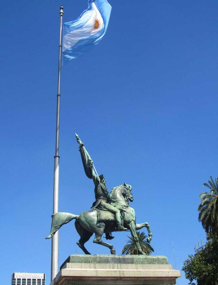 El Monumento ecuestre al General Manuel Belgrano . Se encuentra en la Plaza de Mayo, en la ciudad de Buenos Aires.