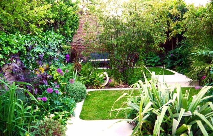estupendo jardin pequeño con flores de colores