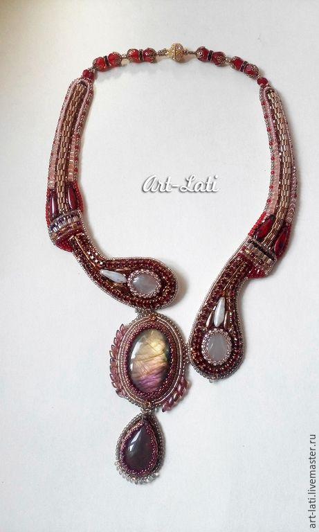 """Купить """"Асимметрия"""" в бордо - бордовый, золотистый, персиковый, розовый, радужный, сияющий, спектролит, колье с камнями"""