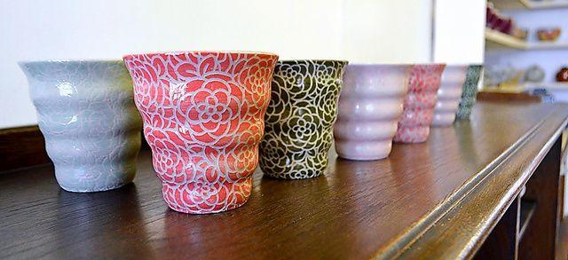 使ったとき、安らいでもらえるような柄にしました(林理子さん) 波打つカップの側面いっぱいに施された花の模様。見ているだけで幸せになる。陶芸家の林理子(あやこ)さんが手がける「naminami cup…
