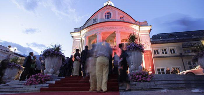 """Die """"Meraner Musikwochen"""" zählen zu den bedeutendsten Festivals für klassische Musik in Europa, sie wurden erstmals 1986 zum 150. Jubiläum der Kurstadt Meran ins Leben gerufen. Jedes Jahr liegt der Schwerpunkt auf einem anderen Musikstil."""