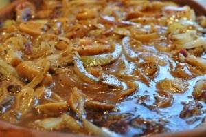 Steaks med flødesauce, champignon og løg