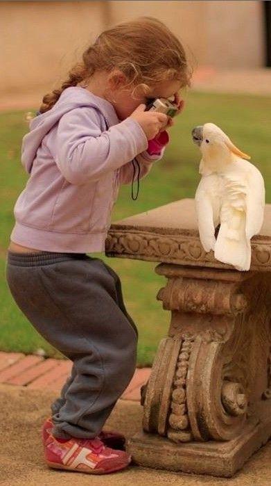 Y aquí tenemos a una joven fotógrafa con su primera victima del día. :)