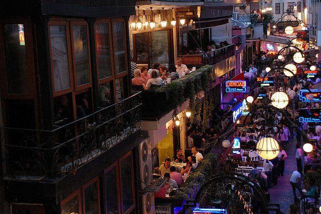 Taksim denince akla İstanbul'un gece hayatı gelir. lk akla gelen yerler ÇİÇEK PASAJI, ASMALI MESCİT, CEZAYİR SOKAĞI ( Namı diğer FRANSIZ SOKAĞI ) ve NEVİZADE'dir.