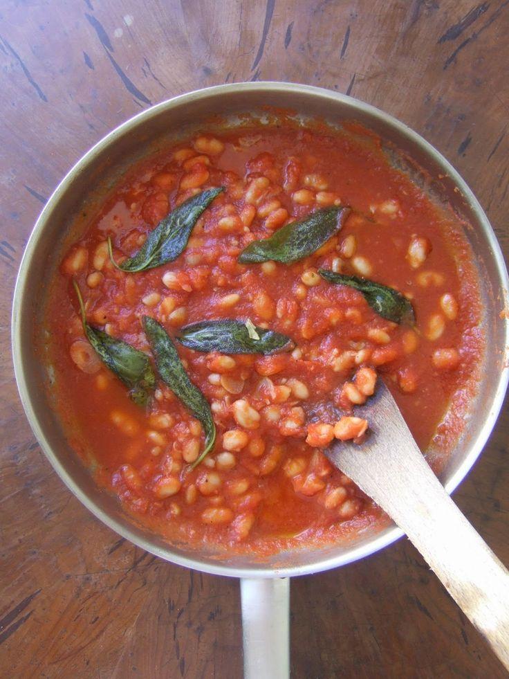 Feijão branco com molho tomate e salvia