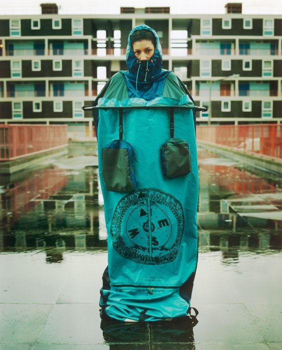 Lucy Orta - refuge wear 2001 Vêtement qui se transforme en tente (habitat portable)