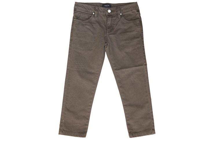 Pantalonii uni, alternativa casual a jeansilor.